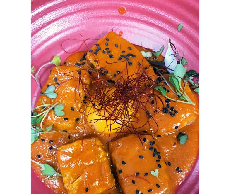 Tarantelo de atún rojo de almadraba, tomate y yema encurtida
